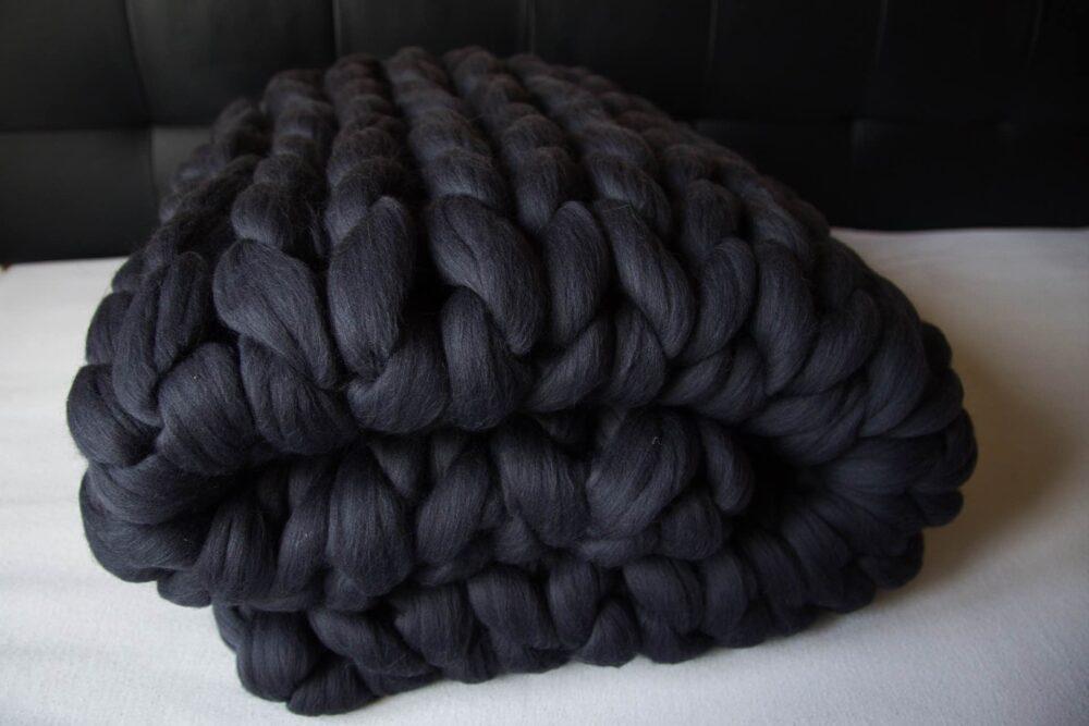 Pletená deka z hrubej vlny vo farbe grafit